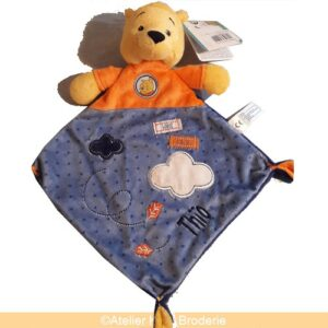 doudou-disney-winnie-l-ourson-bleu-orange-bebe-personnalise-prenom-thio-krea-broderie